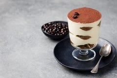 Tiramisu, tradycyjny Włoski deser w szkle na popielatej kamiennej tło kopii przestrzeni zdjęcia royalty free