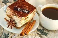 Tiramisu y una taza de café caliente Imagenes de archivo