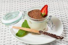 Tiramisuefterrätt med choklad och jordgubbar Arkivfoton