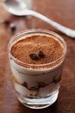 Tiramisuen i exponeringsglas på tappningtabellen, traditionellt kaffe smaksatte den italienska efterrätten Royaltyfri Fotografi