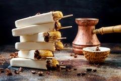 Tiramisuijslollys Het ijs knalt met Italiaanse savoiardikoekjes en tiramisuingrediënten op rustieke keukenlijst Stock Foto