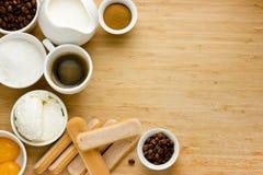 Tiramisuingredienser wodden på bakgrund Arkivfoton