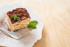 Tiramisukaffekakan tjänade som på en vit platta Arkivbild