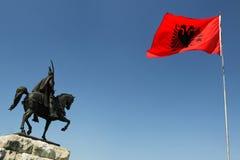 Tirana, Albânia, monumento de Skanderbeg e bandeira nacional Fotos de Stock Royalty Free