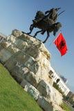 Tirana, Albânia, monumento de Skanderbeg e bandeira nacional Fotografia de Stock