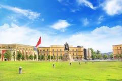 TIRANA, ALBANIA - 12 DE MAYO: Monumento a Skanderbeg en el cuadrado de Skanderbeg en el centro de Tirana, Albania el 12 de mayo d Fotografía de archivo libre de regalías