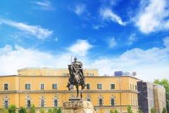 TIRANA ALBANIEN - MAJ 12: Monument till Skanderbeg i den Scanderbeg fyrkanten i mitten av Tirana, Albanien på MAJ 12, 2016 i Tira Royaltyfri Fotografi