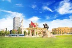TIRANA ALBANIEN - MAJ 12: Monument till Skanderbeg i den Scanderbeg fyrkanten i mitten av Tirana, Albanien på MAJ 12, 2016 i Tira Royaltyfria Bilder