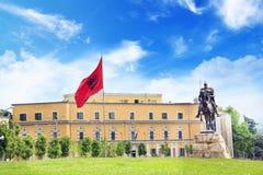 TIRANA ALBANIEN - MAJ 12: Monument till Skanderbeg i den Scanderbeg fyrkanten i mitten av Tirana, Albanien på MAJ 12, 2016 i Tira Arkivbilder