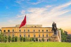 TIRANA ALBANIEN - MAJ 12: Monument till Skanderbeg i den Scanderbeg fyrkanten i mitten av Tirana, Albanien på MAJ 12, 2016 i Tira Royaltyfri Bild