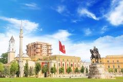 TIRANA ALBANIEN - MAJ 12: Monument till Skanderbeg i den Scanderbeg fyrkanten i mitten av Tirana, Albanien på MAJ 12, 2016 i Tira Fotografering för Bildbyråer