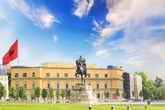 TIRANA ALBANIEN - MAJ 12: Monument till Skanderbeg i den Scanderbeg fyrkanten i mitten av Tirana, Albanien på MAJ 12, 2016 i Tira Arkivbild