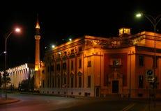 Tirana Albanien, med moskén och minaret royaltyfri fotografi