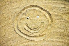 Tirando na areia na praia, homem de sorriso Imagem de Stock