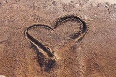 Tirando um coração na praia Imagens de Stock Royalty Free
