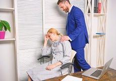 Tiranizar no trabalho F?mea com cara de desgosto Acosso sexual no trabalho imagens de stock royalty free