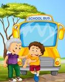Tiranize a colheita do menino no outro menino no ônibus escolar Fotografia de Stock