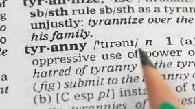 Tirannie, definitie in Engels woordenboek, ongepast gebruik van macht, geweld stock footage