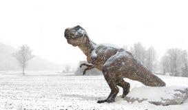 Tiranossauro sob a neve na terra do inverno imagem de stock