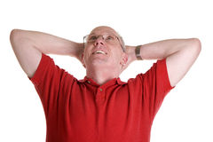 Tirante anziano in camicia rossa che Daydreaming fotografie stock libere da diritti