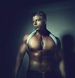 Tirante bello Bodybuilder Fotografie Stock Libere da Diritti