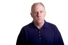 Tirante calvo anziano in camicia blu seria Fotografie Stock Libere da Diritti