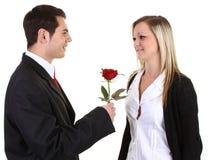 Tirante che dà una rosa fotografie stock