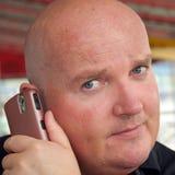 Tirante che gode della sua comunicazione sul telefono mobile Fotografia Stock