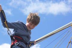 Tirante com mola do menino que salta em um trampolim Imagem de Stock Royalty Free