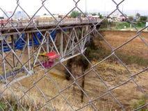 Tirante com mola que salta no canal de Corinth imagens de stock