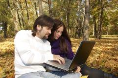 Tirante con una ragazza che si trova con un calcolatore Immagini Stock