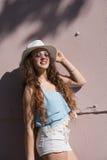 Tirante de espagueti del desgaste, pantalones cortos y sombrero bastante adolescentes de La Habana Fotografía de archivo libre de regalías