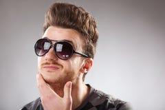 Tirante di sguardo divertente con capelli rossi Immagine Stock