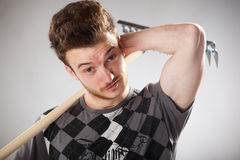 Tirante di sguardo divertente con red-haired con un rastrello Fotografia Stock Libera da Diritti