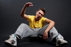 Tirante freddo di hip-hop in maglietta gialla Immagine Stock