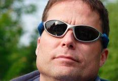 Tirante piacevole con gli occhiali da sole immagini stock libere da diritti