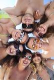 Tiranti felici e ragazze che si levano in piedi insieme in un cerchio Immagini Stock Libere da Diritti