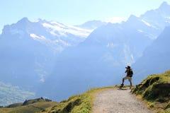 Tirar la visión magnífica sobre las montan@as suizas Fotografía de archivo libre de regalías