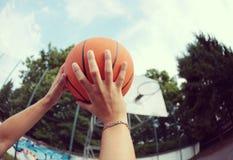 Tirar un baloncesto fotos de archivo libres de regalías