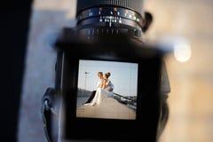 Tirar una boda con una cámara del vintage foto de archivo libre de regalías