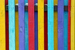 Tiras coloridas da cerca na jarda na rua imagens de stock royalty free