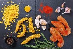 Tiras crudas de la pechuga de pollo, visión superior fotos de archivo