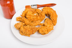 Tiras da galinha com molho picante e da escova parte traseira dentro Imagens de Stock