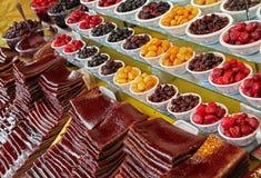 Tiras de frutas y de cuencos amargos procesados de ciruelos y de cerezas tradicionalmente secados en Irán Imagenes de archivo