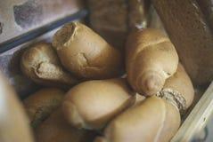 Tiras do pão dentro de uma cesta Imagens de Stock