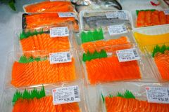Tiras do Sashimi/salmões no supermercado chinês fotografia de stock