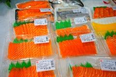 Tiras do Sashimi/salmões no supermercado chinês Fotografia de Stock