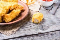 Tiras e batatas fritas da galinha Fotografia de Stock Royalty Free