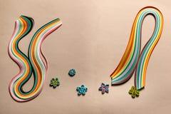 Tiras especiais coloridas, multi-coloridas do papel para quilling no cartão para os passatempos, figuras para a decoração fotografia de stock royalty free