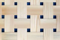 Tiras tejidas de madera con los espacios oscuros Foto de archivo